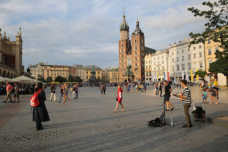 A young man sings Aug. 1 in there main square of Krakow, Poland. (CNS photo/Bob Roller)