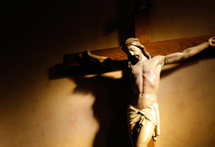 Light shines on a crucifix. CNS Photo/Nancy Phelan Weichec.