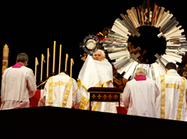 pope-benedict-monstrance-world-youth-day-sydney-cns-paul-haring-montage